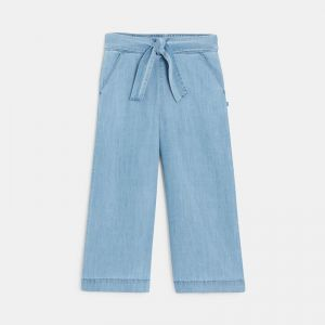 Short and loose-fitting pants